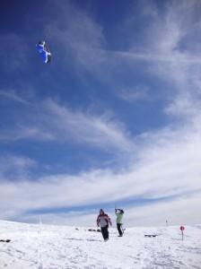Mă joc cu vântul, norii și soarele. Mă ajută sforile, kite-ul și Marian.